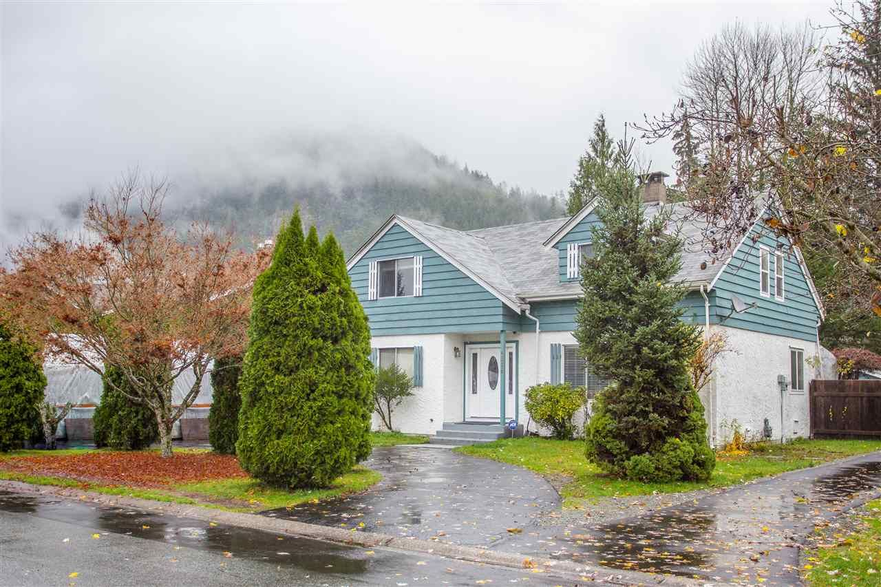 """Main Photo: 41318 KINGSWOOD Road in Squamish: Brackendale House for sale in """"Eagle Run"""" : MLS®# R2122641"""