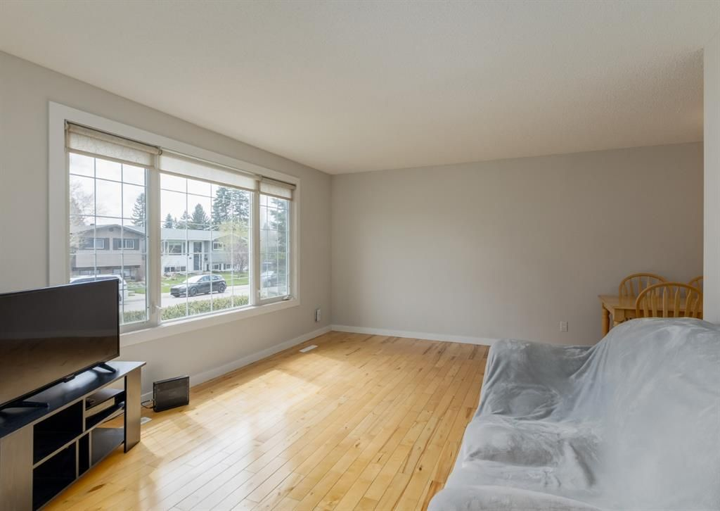 Main Photo: 32 Maple Court Crescent SE in Calgary: Maple Ridge Detached for sale : MLS®# A1109090