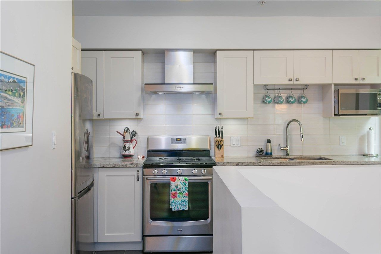 """Photo 4: Photos: 401 E 16TH Avenue in Vancouver: Mount Pleasant VE Condo for sale in """"Sixteen East"""" (Vancouver East)  : MLS®# R2494870"""
