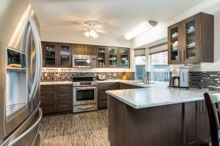"""Photo 2: 6117 W BOUNDARY Drive in Surrey: Panorama Ridge Townhouse for sale in """"LAKEWOOD GARDENS"""" : MLS®# R2318441"""