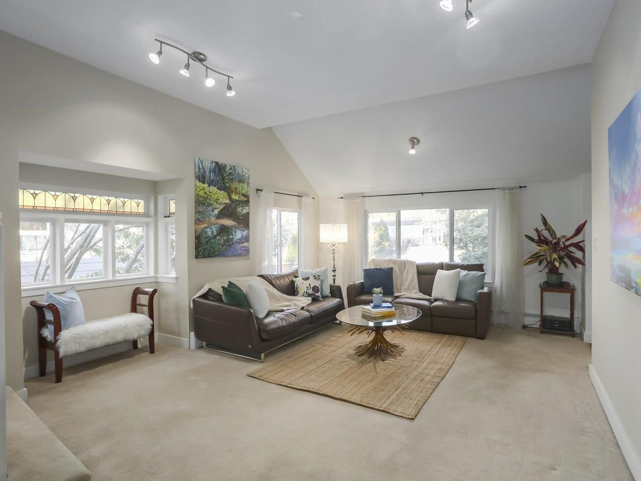 Photo 2: Photos: 325 W KINGS Road in North Vancouver: Upper Lonsdale House for sale : MLS®# R2443642