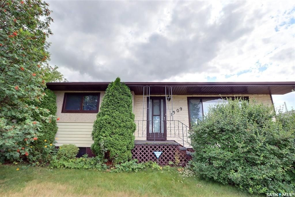 Main Photo: 1309 14th Street West in Prince Albert: West Flat Residential for sale : MLS®# SK867773