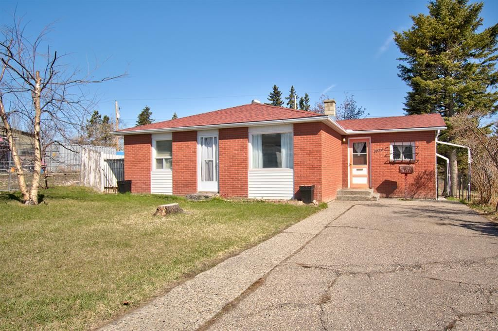 Main Photo: 7724 46 Avenue NW in Calgary: Bowness Detached for sale : MLS®# A1139453