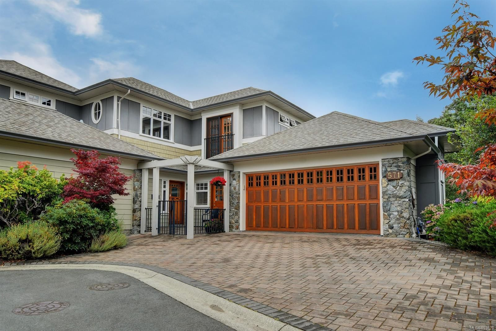 Main Photo: 571 Caselton Pl in : SW Royal Oak Row/Townhouse for sale (Saanich West)  : MLS®# 853628