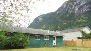 """Photo 2: 1006 ARBUTUS Drive in Squamish: Valleycliffe House for sale in """"VALLEYCLIFF"""" : MLS®# R2058204"""