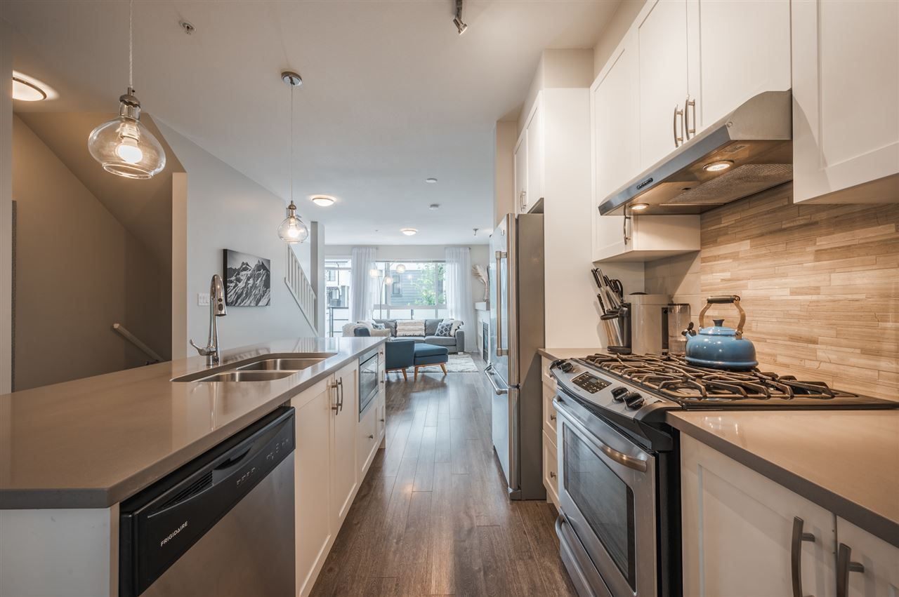 Photo 7: Photos: 38341 SUMMITS VIEW Drive in Squamish: Downtown SQ Townhouse for sale : MLS®# R2464526