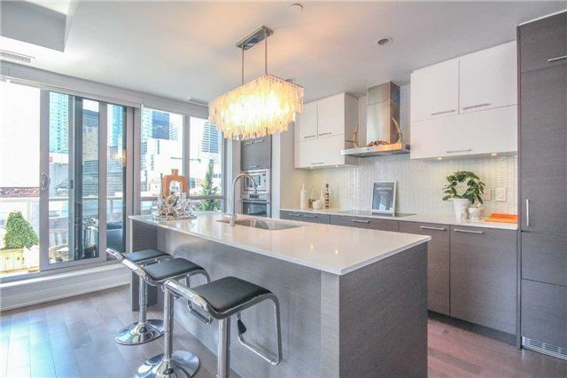 Main Photo: 55 Front St Unit #705 in Toronto: Waterfront Communities C8 Condo for sale (Toronto C08)  : MLS®# C4065376