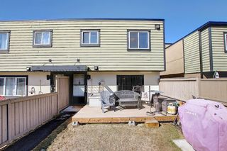 Photo 1: 22 3809 45 Street SW in Calgary: Glenbrook Row/Townhouse for sale : MLS®# A1090876