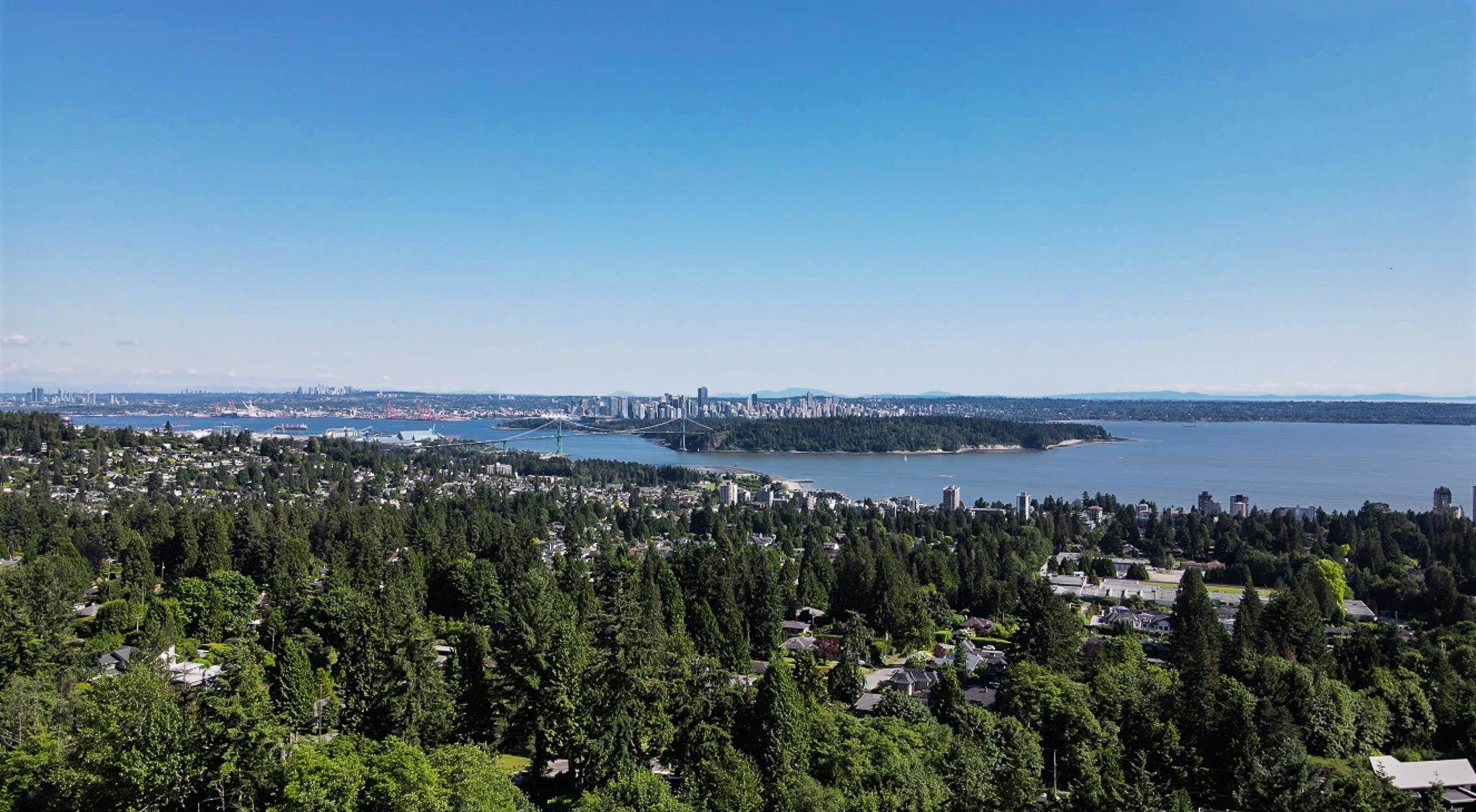 Main Photo: 2102 WESTHILL Place in West Vancouver: Westhill House for sale : MLS®# R2594860
