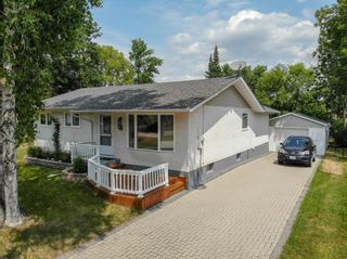 Photo 1: 5 Connaught Place in Pinawa: R18 Residential for sale : MLS®# 202118519