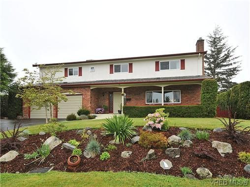Main Photo: 1895 Hillcrest Ave in VICTORIA: SE Gordon Head House for sale (Saanich East)  : MLS®# 641305
