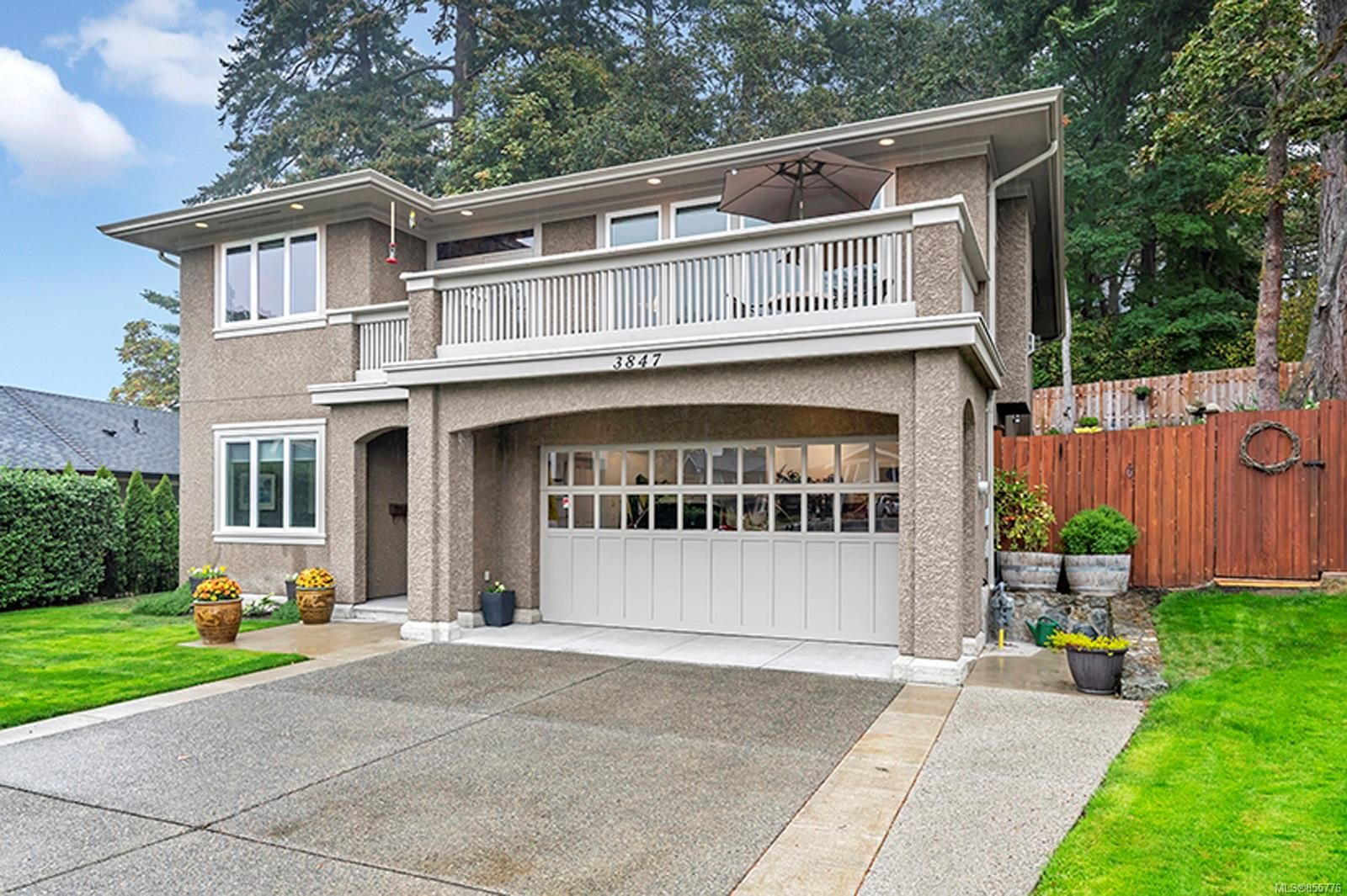 Main Photo: 3847 Cardie Crt in : SW Strawberry Vale House for sale (Saanich West)  : MLS®# 855776