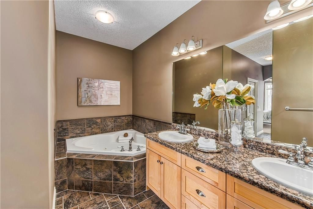 Photo 25: Photos: 73 DISCOVERY WOODS Villa SW in Calgary: Discovery Ridge Semi Detached for sale : MLS®# C4218779