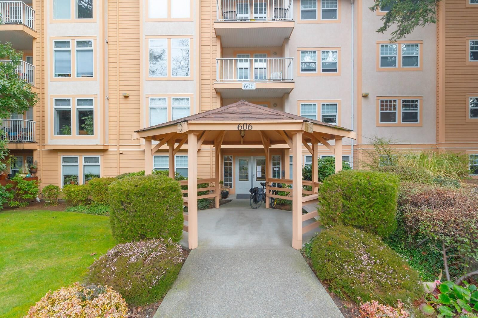 Main Photo: 401 606 Goldstream Ave in : La Fairway Condo for sale (Langford)  : MLS®# 877939