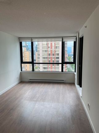 """Photo 4: 1801 909 MAINLAND Street in Vancouver: Yaletown Condo for sale in """"Yaletown Park 2"""" (Vancouver West)  : MLS®# R2625603"""