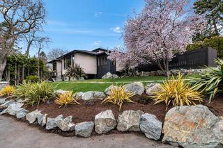 Photo 2: 704 Robleda Cres in Victoria: Vi Rockland House for sale : MLS®# 835913