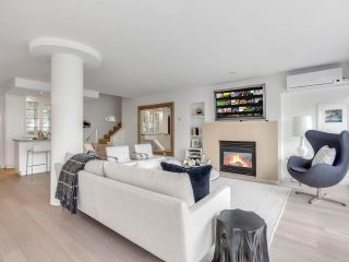 """Photo 2: 801 1383 MARINASIDE Crescent in Vancouver: Yaletown Condo for sale in """"COLUMBUS"""" (Vancouver West)  : MLS®# R2504775"""