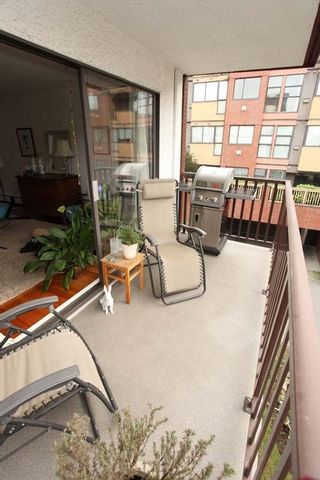 """Photo 15: 212 131 W 4TH Street in North Vancouver: Lower Lonsdale Condo for sale in """"Nottingham Place"""" : MLS®# R2239655"""