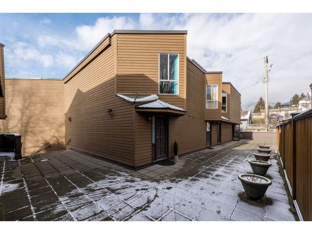 Main Photo: 101 1910 CHESTERFIELD AVENUE in : Central Lonsdale Townhouse for sale : MLS®# R2338951