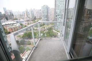 """Photo 5: 2006 1077 MARINASIDE Crescent in Vancouver: Yaletown Condo for sale in """"MARINASIDE RESORT"""" (Vancouver West)  : MLS®# R2074726"""