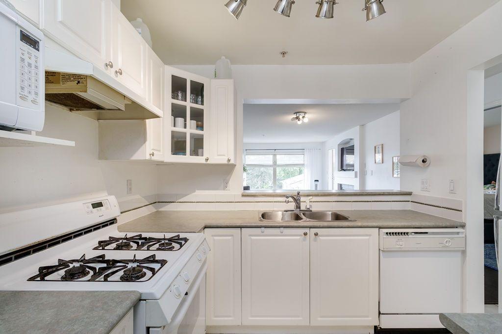 "Photo 16: Photos: 405 15220 GUILDFORD Drive in Surrey: Guildford Condo for sale in ""BOULEVARD CLUB"" (North Surrey)  : MLS®# R2530225"