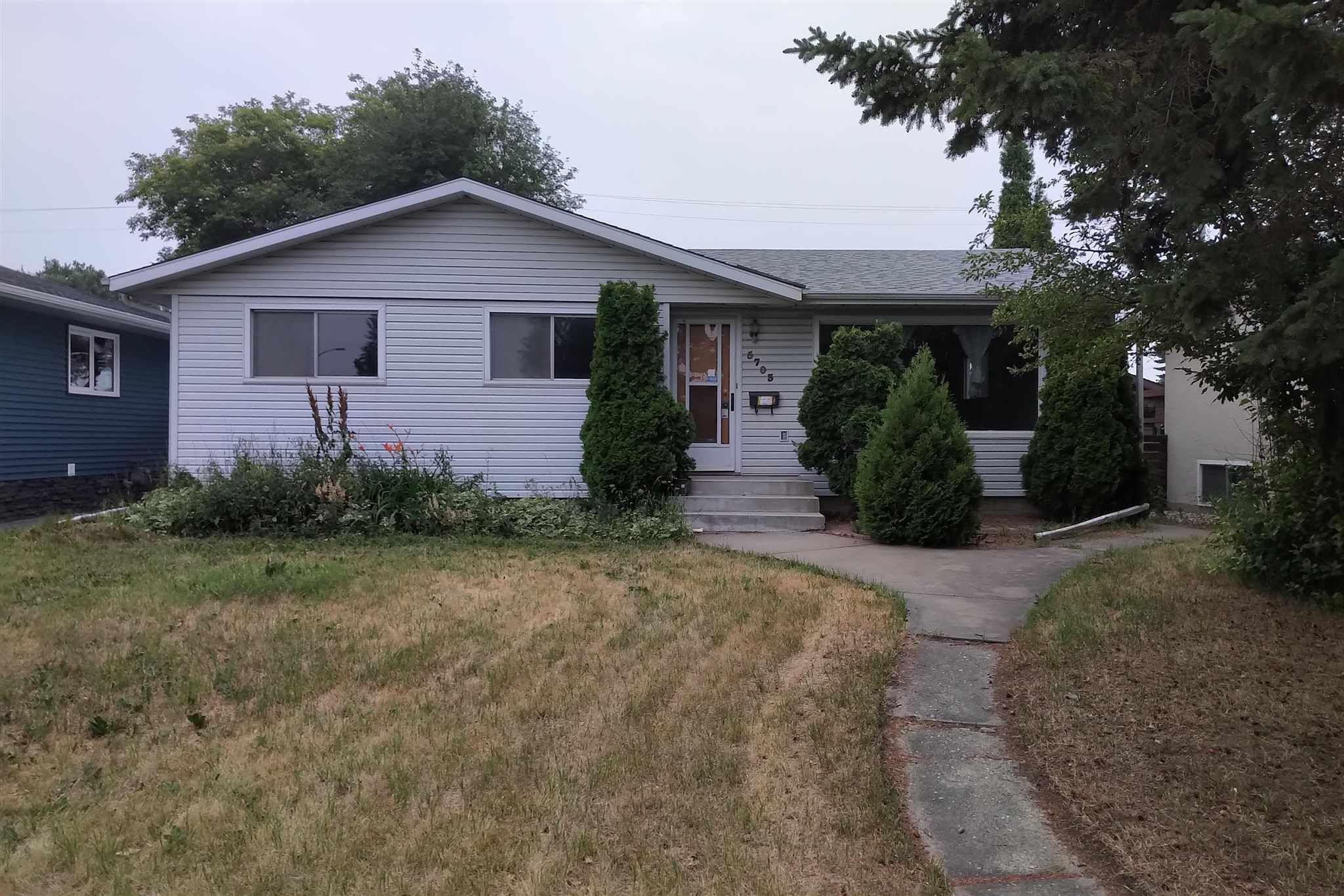 Main Photo: 5703 89 Avenue in Edmonton: Zone 18 House for sale : MLS®# E4255214