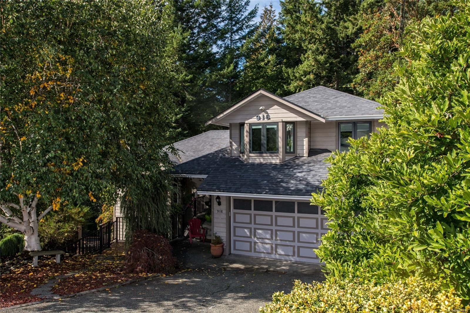 Main Photo: 916 Columbus Pl in Langford: La Walfred House for sale : MLS®# 887890