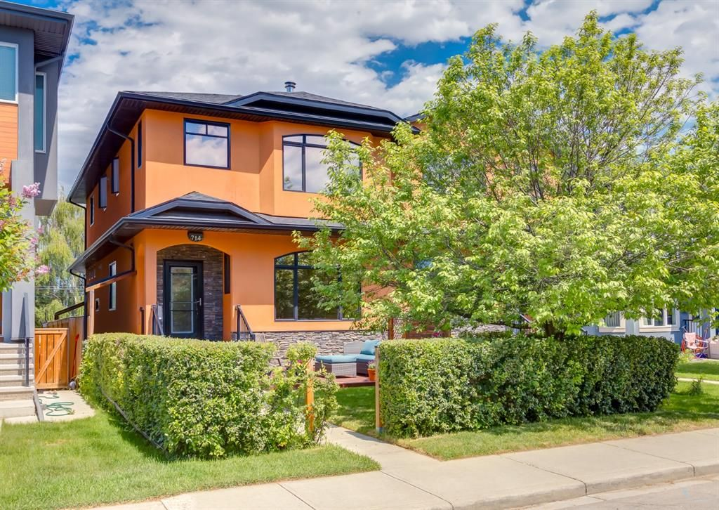 Main Photo: 714 25 Avenue NW in Calgary: Mount Pleasant Semi Detached for sale : MLS®# A1121933