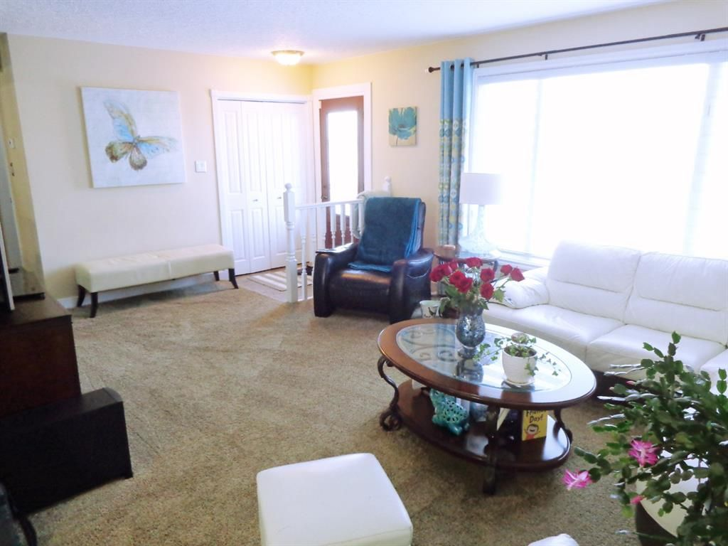 Photo 2: Photos: 5856 West Park Crescent in Red Deer: West Park Residential for sale : MLS®# A1067266