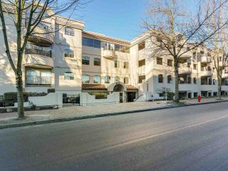 "Photo 2: 219 1869 SPYGLASS Place in Vancouver: False Creek Condo for sale in ""THE REGATTA"" (Vancouver West)  : MLS®# R2327588"