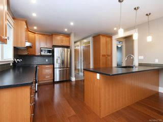 Photo 3: 2 1245 Chapman St in Victoria: Vi Fairfield West Row/Townhouse for sale : MLS®# 837185