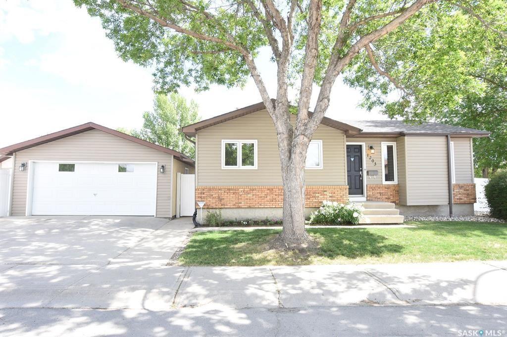 Main Photo: 1203 Arnason Street North in Regina: Rochdale Park Residential for sale : MLS®# SK776903