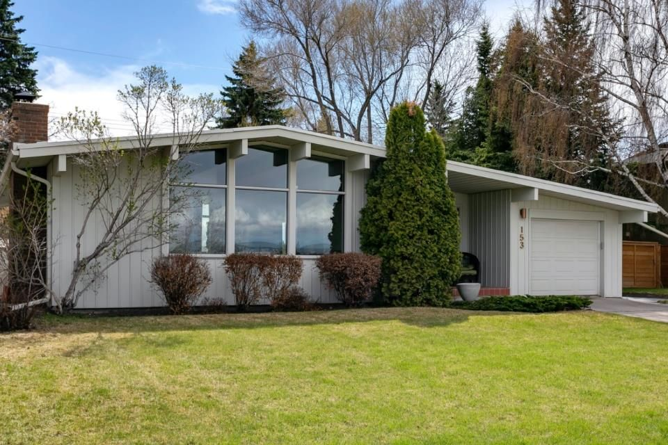 Main Photo: 153 Wildwood Drive SW in Calgary: Wildwood Detached for sale : MLS®# A1105014