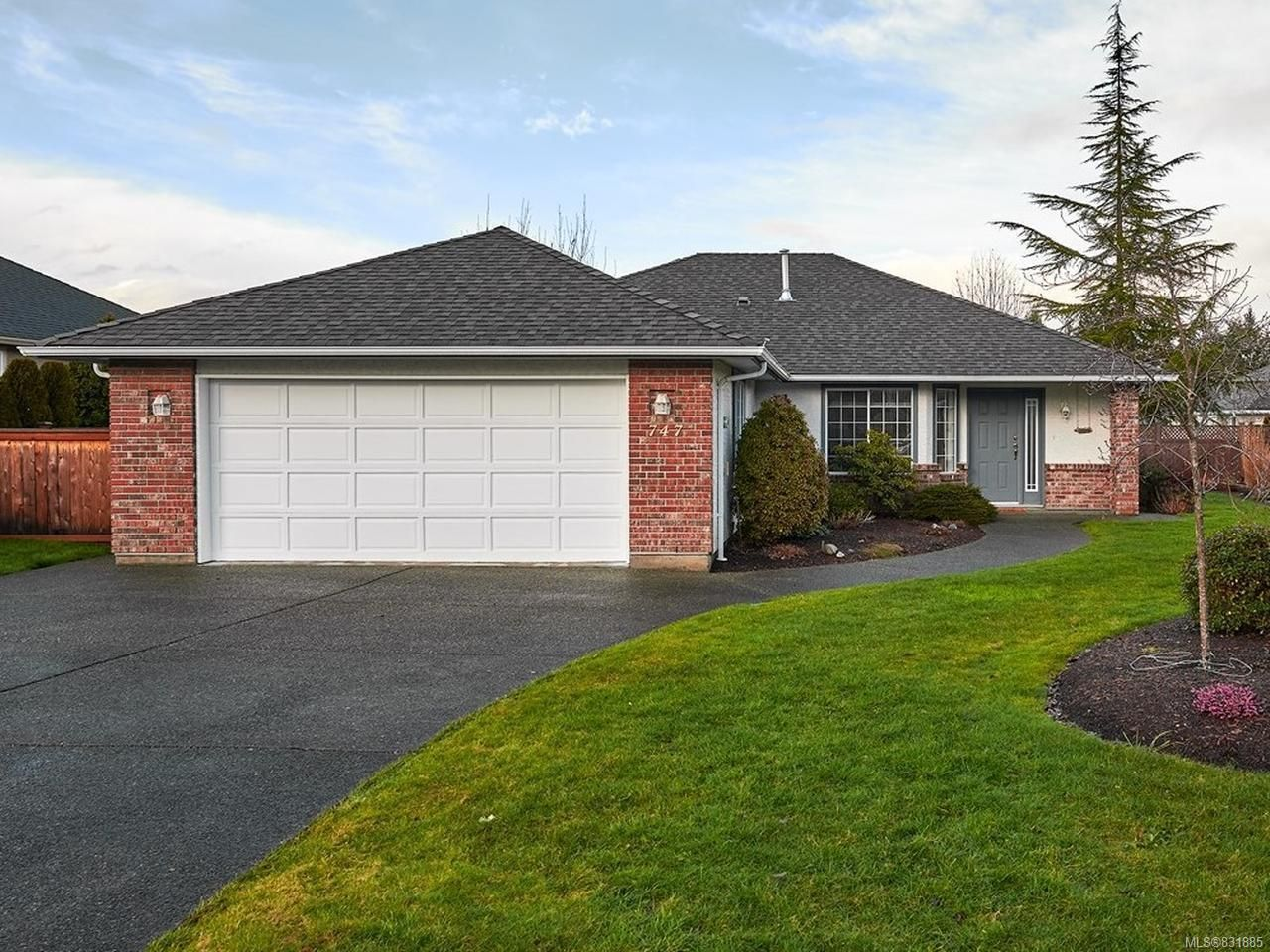 Main Photo: 747 DOVER Court in QUALICUM BEACH: PQ Qualicum Beach House for sale (Parksville/Qualicum)  : MLS®# 831885