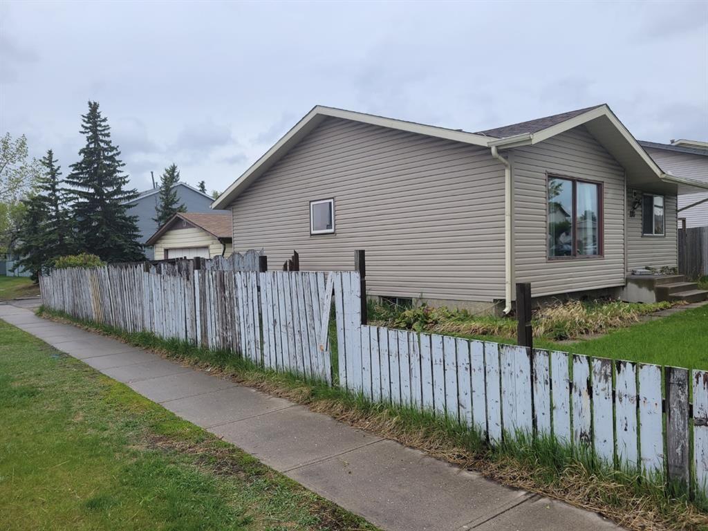 Main Photo: 220 Falton Close NE in Calgary: Falconridge Detached for sale : MLS®# A1111554