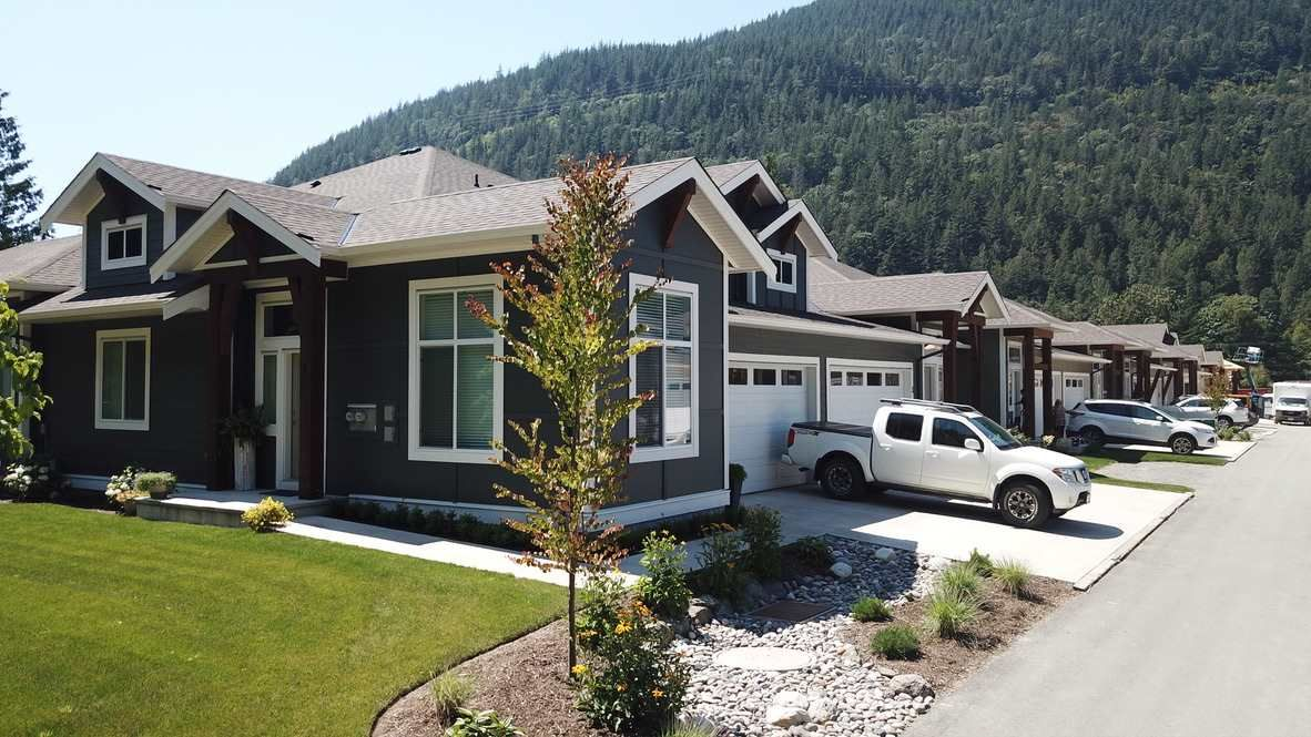 "Main Photo: 31 628 MCCOMBS Drive: Harrison Hot Springs 1/2 Duplex for sale in ""EMERSON COVE"" : MLS®# R2555402"