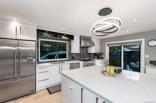 Photo 8: 704 Robleda Cres in Victoria: Vi Rockland House for sale : MLS®# 835913