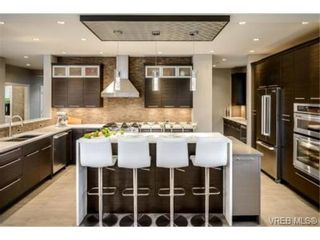 Photo 4: 2162 Neil St in VICTORIA: OB Henderson House for sale (Oak Bay)  : MLS®# 706872