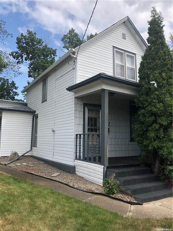 Main Photo: 135 6th Avenue Northeast in Swift Current: North East Residential for sale : MLS®# SK756388