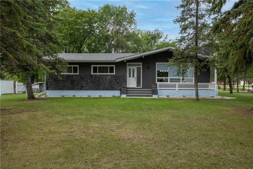 Main Photo: 400 Rossmore Avenue in West St Paul: R15 Residential for sale : MLS®# 202121756
