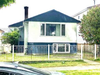 Photo 3: 2105 E 43RD Avenue in Vancouver: Killarney VE House for sale (Vancouver East)  : MLS®# R2595378