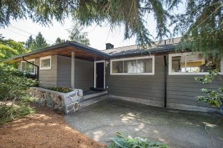Photo 1: 555 LUCERNE Place in North Vancouver: Upper Delbrook House for sale : MLS®# R2599437