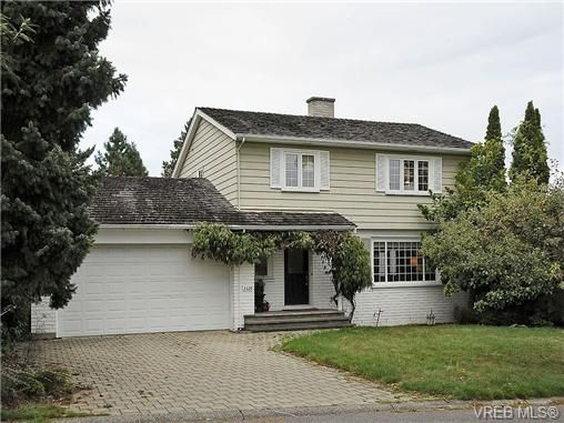 Photo 18: Photos: 2320 Hollyhill Pl in VICTORIA: SE Arbutus Half Duplex for sale (Saanich East)  : MLS®# 652006
