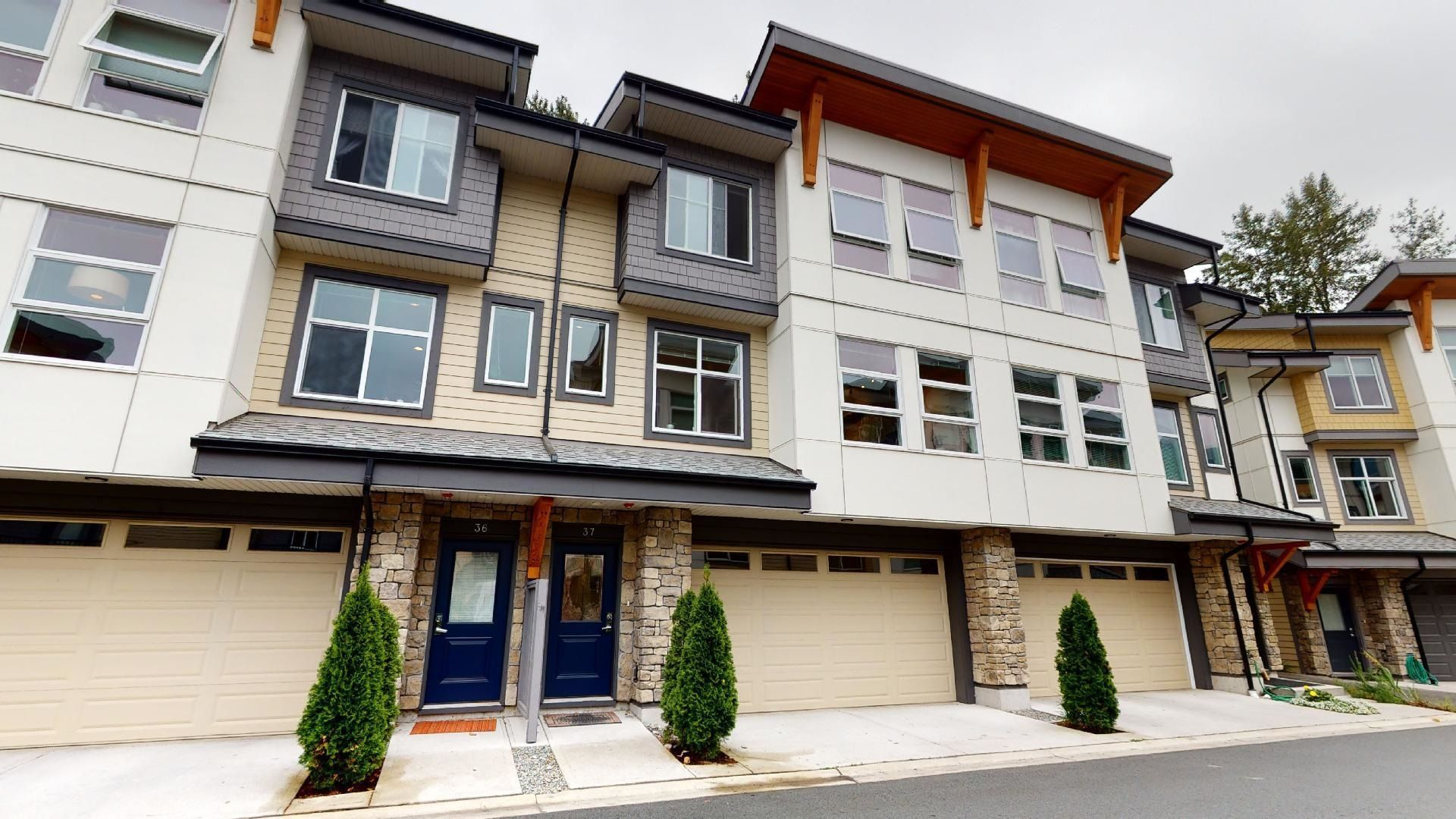 """Main Photo: 37 39548 LOGGERS Lane in Squamish: Brennan Center Townhouse for sale in """"Seven Peaks"""" : MLS®# R2612881"""