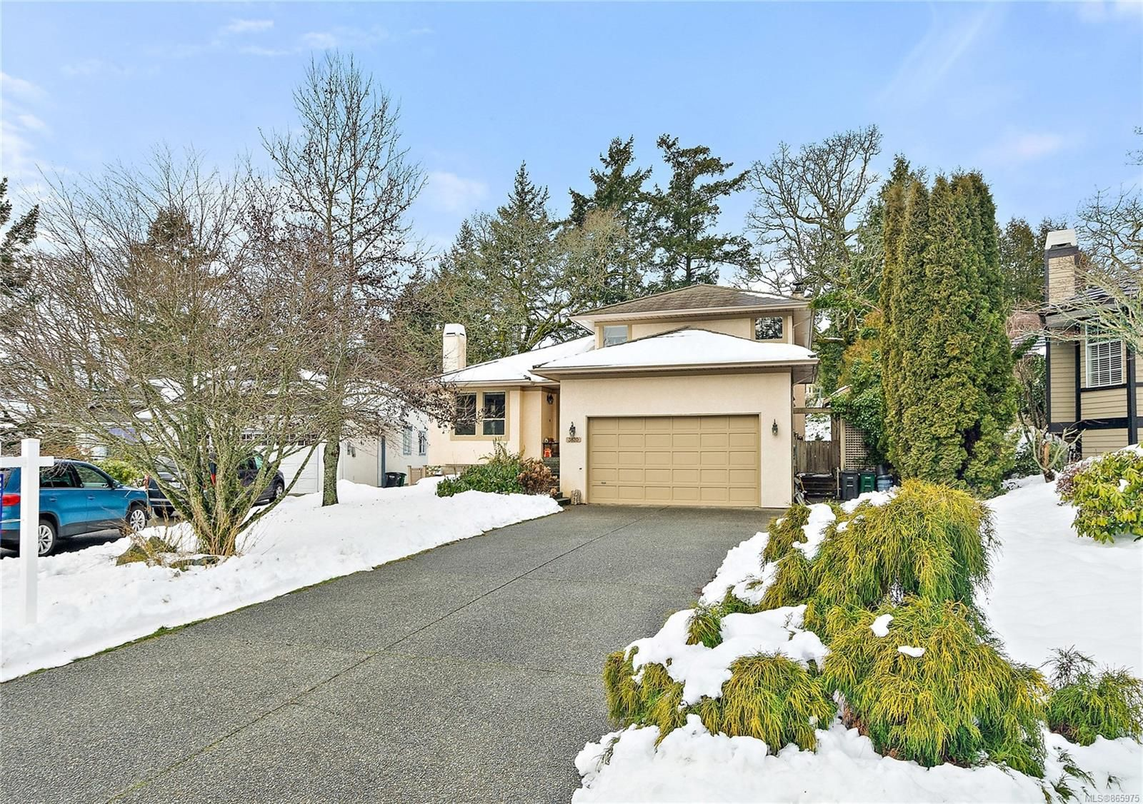 Main Photo: 3820 Cardie Crt in : SW Strawberry Vale House for sale (Saanich West)  : MLS®# 865975