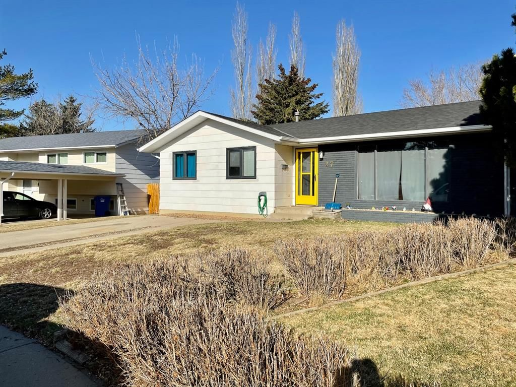 Main Photo: 27 Laval Place W in Lethbridge: Varsity Village Residential for sale : MLS®# A1083929