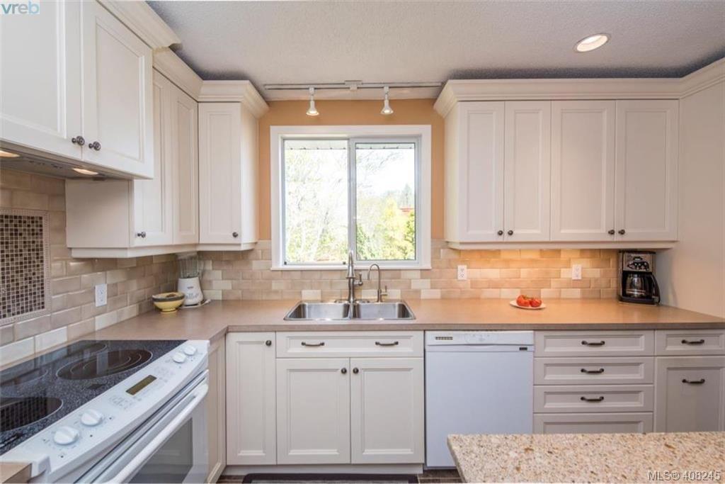 Photo 7: Photos: 546 Roseridge Pl in VICTORIA: SW Northridge House for sale (Saanich West)  : MLS®# 811318