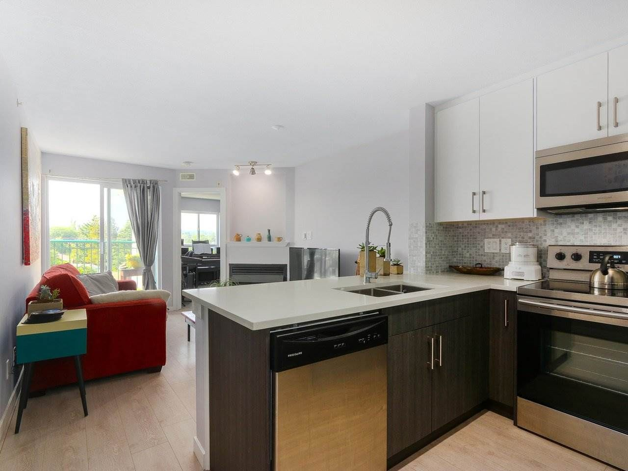 "Main Photo: PH12 868 KINGSWAY Avenue in Vancouver: Fraser VE Condo for sale in ""KINGS VILLA"" (Vancouver East)  : MLS®# R2375408"
