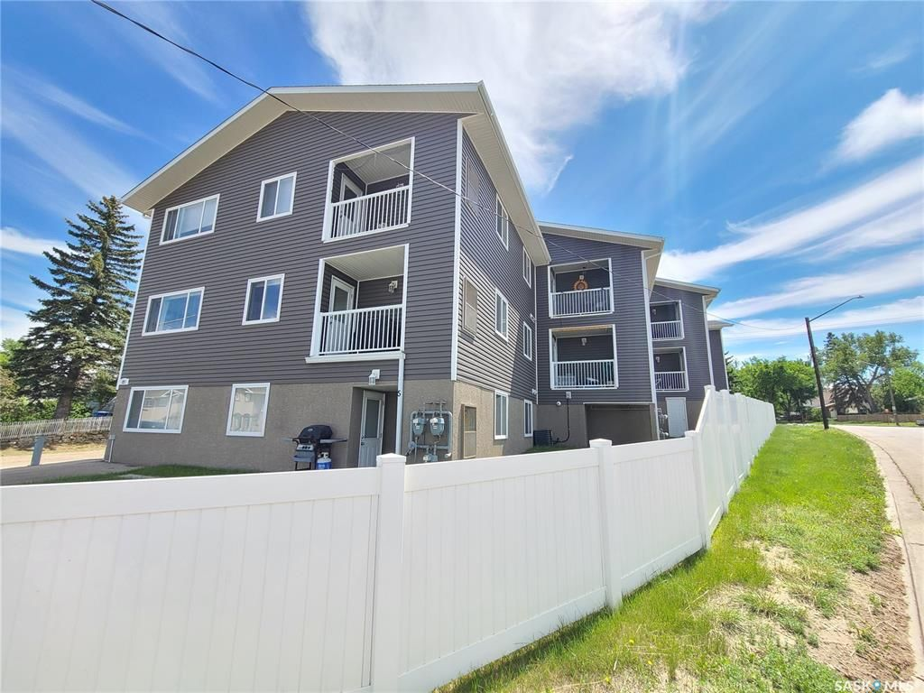 Main Photo: 4 221 Main Street South in Moose Jaw: Westmount/Elsom Residential for sale : MLS®# SK860373