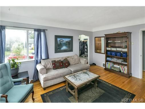 Photo 10: Photos: 3055 Carroll St in VICTORIA: Vi Burnside House for sale (Victoria)  : MLS®# 728046